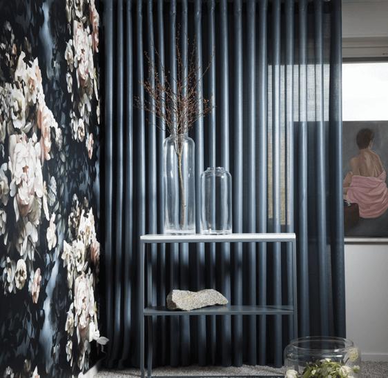 Glasvaser foran gardiner i Hvidovre